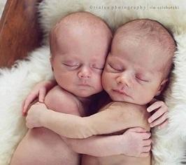 babies hugging-image002